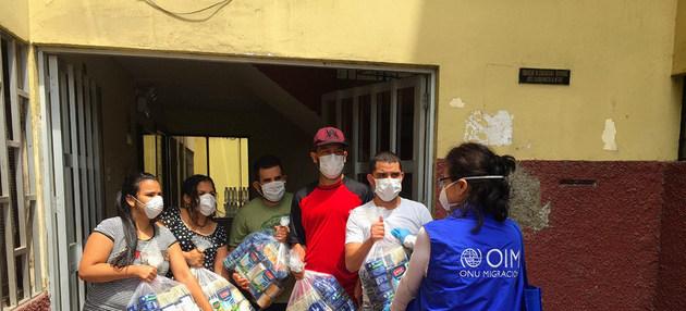 Trabajadores de las Naciones Unidas entregan paquetes de ayuda a venezolanos que están en situación vulnerable en Perú. En los países más al sur del continente llega el invierno a partir de junio y el frío complicarará la situación de miles de familias de migrantes y refugiados. Foto: OIM