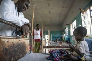 Mbisa Eme Kosenge, de 3 años, en un hospital del norte de la República Democrática del Congo. Sufre fiebre, erupciones cutáneas y llagas en la boca debido al sarampión. También contrajo tuberculosis y muestra signos de desnutrición. Médicos Sin Fronteras pide mantener campañas contra otras enfermeddes a la vez que se combate a la covid-19. Foto: Caroline Thirion/MSF