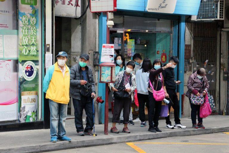 Personas con mascarillas en una parada de autobús en Macao, en China, cerca de un hospital público. La 73 Asamblea Mundial de la Salud, realizada en forma virtual los días 18 y 19 de mayo, concluyó con la decisión de los Estados miembros de la OMS de revisar la respuesta a la pandemia de la covid-19 y sacar lecciones universales al respecto. Foto: Macau Photo Agency/ Unsplash