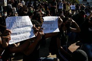 """Una protesta contra el racismo y el presidente de Brasil, Jair Bolsonaro en São Paulo, en que en un cartel improvisado se puede leer: """"Luto en la lucha por João Pedro (Mattos)"""", el adolescente negro asesinado por la policía cuando estaba dentro de su hogar en Río de Janeiro. Foto: Guilherme Gandolfi/Fotos Públicas"""