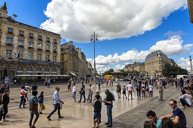 La gente ha vuelto a las plazas de Europa tras el fin de las medidas de confinamiento en la mayoría del continente, como esta de la ciudad francesa de Burdeos. Foto: Flickr