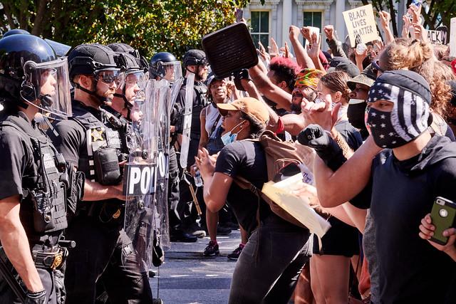 Una de las protestas ante la Casa Blanca, en Washington, por la brutal muerte del afroestadounidense George Floyd, con los manifestantes sin guardar las normas de distanciamiento establecidas por las autoridades. Foto: Geoff Livingston/Flickr