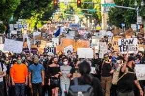 Una de las manifestaciones que han sacudido Estados Unidos, contra la injusticia racial y la brutalidad policial, tras la muerte del afroamericano George Floyd, el 25 de mayo en la ciudad de Minneapolis. Foto: BikePortland.org