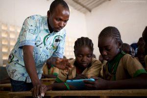El empleo de recursos digitales avanza en África, como en esta escuela de Camerún. Sin embargo, la mayoría de los 250 millones de escolares en el continente no puede acceder a internet para continuar su aprendizaje a distancia, bajo las restricciones obligadas por la pandemia covid-19. Foto: Unicef