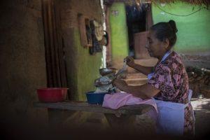 Los 67 millones de personas que viven en pobreza extrema en la región deberían recibir un bono contra el hambre, por el equivalente a 47 dólares mensuales, para comprar alimentos. Es la primera de 10 recomendaciones para sostener la seguridad alimentaria ante el impacto de la pandemia covid-19. Foto: PMA