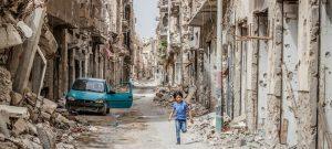Un niño camina por una calle destrozada en medio de la guerra civil que vive Libia. Miles de niños y niñas resultan muertos, mutilados, secuestrados, violados o forzados a combatir en los conflictos armados que persisten en varias regiones del mundo, denuncia la ONU. Foto: Giovanni Diffidenti/Unicef