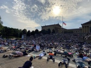 Manifestantes en la ciudad de Filadelfia, tumbados en el suelo boca abajo, en homenaje al afroamericano George Floyd, que murió así, asfixiado por un policía que le hincó su rodilla hasta matarlo por más casi nueve minutos, el 25 de mayo. Foto: Twitter