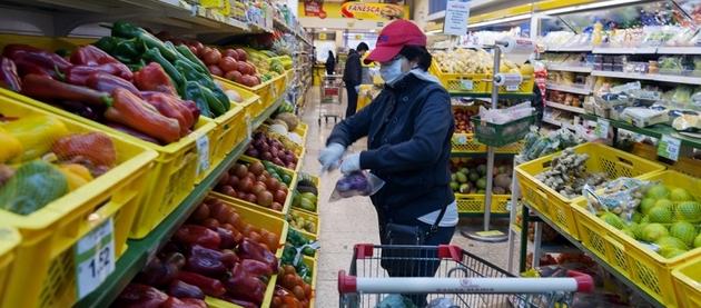 Escena de un supermercado en Ecuador en medio de la pandemia. Toda América Latina sufre el avance mortífero del nuevo coronavirus y la recesión económica, que será en 2020 la más pronunciada de que se tenga memoria y de la cual puede recupèrarse pero en forma gradual y atendiendo los requerimientos de salud. Foto: BM