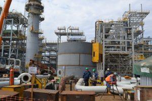 El futuro de la estatal Yacimientos Petrolíferos Fiscales Bolivianos (YPFB) depende del ganador de las elecciones presidenciales del 6 de septiembre, especialmente la estrategia sobre la exploración y extracción de gas. En la imagen, una planta de amonio y urea de YPFB en el departamento de Cochabamba, el centro de Bolivia. Foto: YPFB