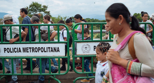Venezolanos que migran cruzan un puente fronterizo hacia Colombia. En todo el mundo 272 millones de migrantes se incorporan a la economía global y con remesas a sus familias ayudan a sostener a 800 millones de personas, por lo que la ONU aboga porque se les considere parte de la solución y no un obstáculo durante la actual crisis. Foto: Santiago Arcos/Unicef