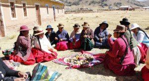 Las mujeres en América Latina y el Caribe ya comen menos y reservan más alimentos para sus hijos, en medio de la pandemia que afecta la salud y los ingresos de millones de familias, empujándolas hacia la pobreza. Un informe de la coalición CARE pide atención preferente para los grupos más vulnerables, como las mujeres indígenas. Foto: FAO