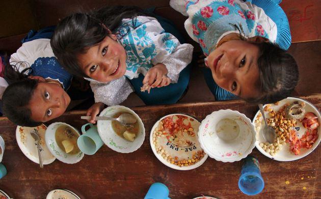 Un informe de la ONU alerta sobre el riesgo de mayor desnutrición infantil tras el cierre de escuelas en las que recibían alimentos 368 millones de niños en 194 países. La inseguridad alimentaria es una de las consecuencias del impacto de la pandemia covid-19 y requiere medidas urgentes para contenerla, advierte la ONU. Foto: Alejandra León/PMA