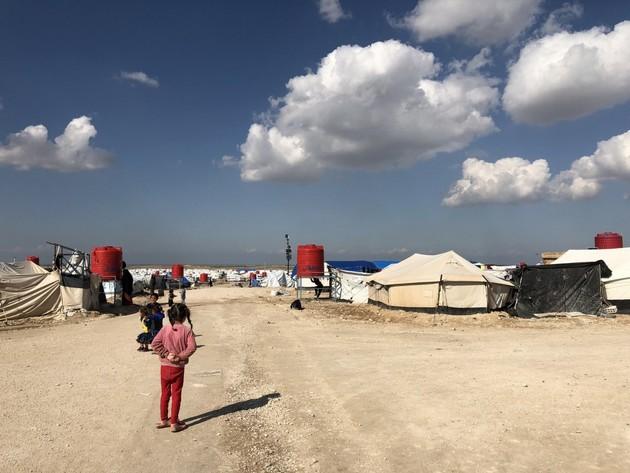 Miles de niños están retenidos en campamentos del este de Siria por ser hijos de padres o madres que fueron combatientes o están vinculadas con la organización Estado Islámico. En el caso de los extranjeros, la agencia de derechos humanos de la ONU pide a los gobiernos que activen su repatriación. Foto: Cynthia Lee/CICR