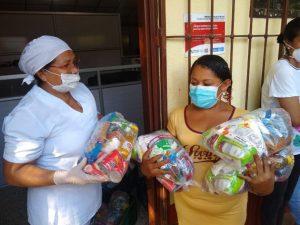 Una funcionaria del Programa Mundial de Alimentos entrega raciones de ayuda a pobladores de la península de la Guajira, en el norte de Colombia. Una encuesta en nueve países mostró que el temor a no poder acceder a los alimentos suficientes para sus familias es la primera preocupacion de los latinoamericanos. Foto: PMA