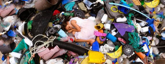 Las piezas de plástico de gran tamaño y las aguas residuales llevan los diminutos microplásticos, toneladas de pellets o bolitas que son consumidas y dañan la vida de centenares de especies marinas. y traen una nueva amenaza para los humanos, junto a la degradación del paisaje. Foto: Menos Plástico es Fantástico