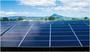 Una instalación de paneles fotovoltaicos, colocada en El Salvador por la empresa Providencia Solar. América Latina cuenta con algunos de los recursos de energía renovable más abundantes y competitivos en costos del mundo, incluyendo la hidroelectricidad, la energía solar y la eólica. Foto: Edgardo Ayala / IPS