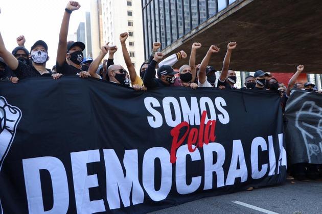 """""""Estamos por la democracia"""", dice una de las grandes pancartas con que manifestantes de las hinchadas de los equipos de fútbol de São Paulo, encabezados por los del Corinthians, el de más fanáticos de Brasil, se pronunciaron contra las posiciones autoritarias del gobierno y reivindicaron la democracia. Foto: Pam Santos/Fotos Públicas"""