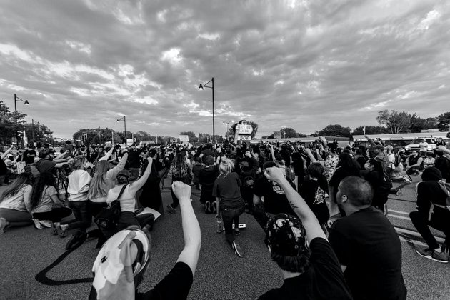 Manifestantes con la rodilla en tierra durante una concentración en Minneapolis el 11 de junio de 2020. Foto: Akhil Appu / Shuttersstock
