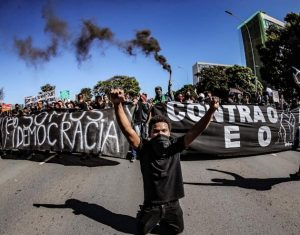 """""""Somos democracia"""", reza una gran pancarta, escogidamente de fondo negro, contra el racismo y el presidente Jair Bolsonaro en Brasilia, en junio. Las protestas contra la brutalidad policial y el racismo se repiten en Brasil, pero sin el eco de las que se producen en Estados Unidos. Foto: Ricardo Stucke/Fotos Públicas"""