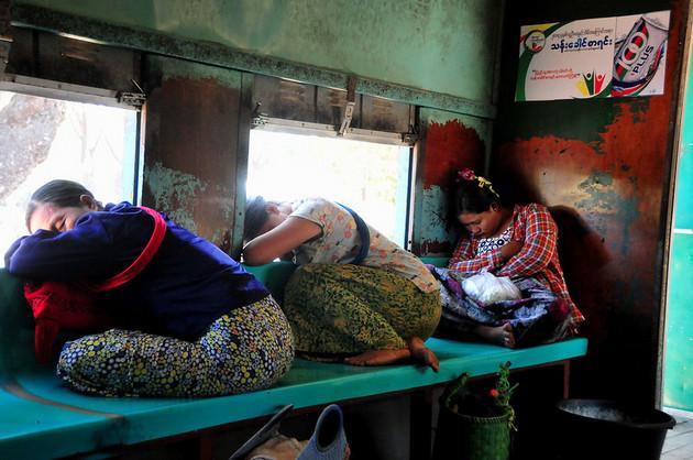 Especialistas en derechos humanos aseguran que el régimen de Myanmar (Birmania) carece de compromiso en romper la impunidad que rodea a la violencia sexual y de género, y critican aspectos anacrónicos de una proyectada ley local contra la violencia hacia las mujeres. En la imagen, tres mujeres dormitan en un tren atestado en el país asiático. Foto: Amantha Perera / IPS