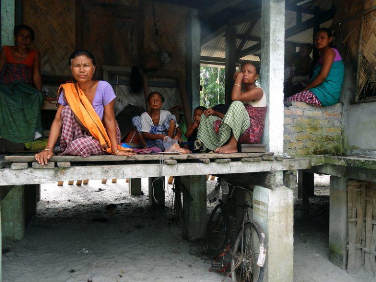 Un grupo de mujeres de la comunidad Mishing, en India. La covid-19 se convirtió en la gota que derramó el vaso para millones de personas que ya luchaban con los impactos de la pobreza, los conflictos, la desigualdad y la crisis climática. Los especialistas resaltan que la pandemia ha sido especialmente devastadora para las mujeres y las niñas. Foto: Priyanka Borpujari / IPS