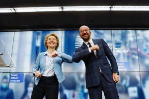 Úrsula Von Der Leyen, presidenta de la Comisión Europea, y Charles Michel, presidente del Consejo Europeo, posan satisfechos en Bruselas tras la cumbre. Foto: Consejo Europeo