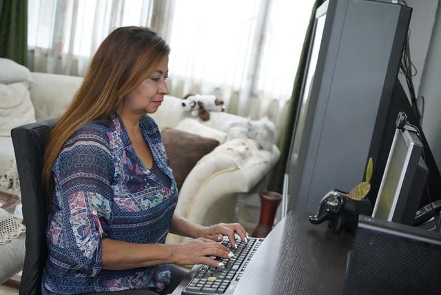 Una mujer teletrabajando en su hogar. Foto: Ministerio de Tecnologías de Información de Colombia