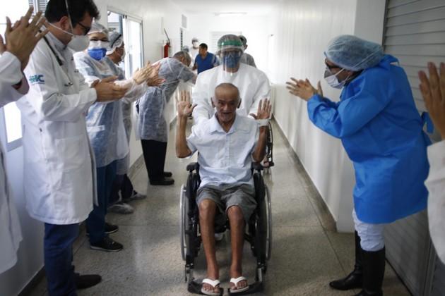 Entre los aplausos del personal sanitario, un paciente es dado de alta en un centro hospitalario de Manaus, capital amazónica de Brasil, tras vencer a la covid-19. Foto: Semcom/Fotos Públicas
