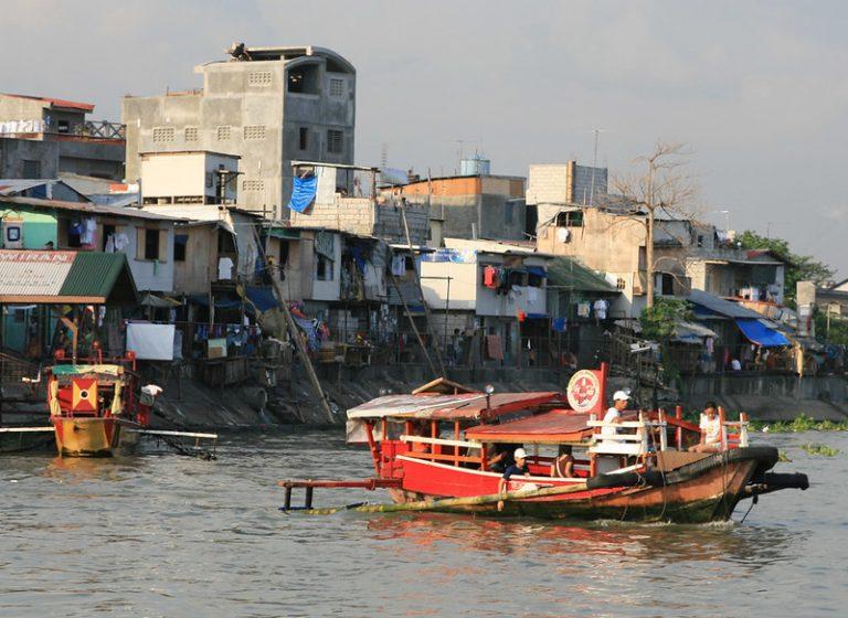 Un barco navega por el río Pasig en Filipinas, que tiene la tasa de mortalidad más alta por la covid-19 entre los 11 países que conforman el Sudeste Asiático. Foto: Kara Santos / IPS