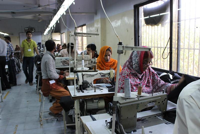 La industria textil en Pakistán,  el mayor sector manufacturero del país, producía a plena capacidad en febrero, pero tuvo que paralizar su actividad por las medidas para contener la pandemia de covid-19. Como resultado miles de trabajadores de la confección y el textil han sido despedidos y las fábricas y talleres están casi sin operar. Foto: Zofeen Ebrahim / IPS