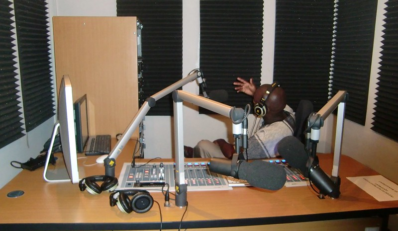 Los periodistas y activistas de derechos humanos de Sierra Leona llevaban años demandando la derogación de una norma que permitía criminalizar la información considerada difamatoria o sediciosa. Ahora que se logró, críticos de la nueva ley de medios alertan que con ella se podrían cerrar medios y prohibir a los periodistas crear nuevos. Foto: Jeffrey Moyo / IPS