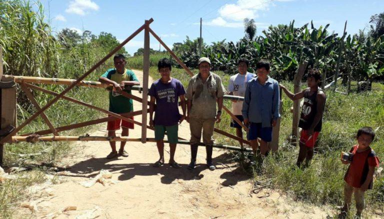En Bolivia, comunidades del pueblo tsimane han establecido barreras para impedir el ingreso de personas ajenas a para controlar el contagio de coronavirus. Foto: Cortesía del Proyecto de Salud y Ciclo de la Vida Tsimane