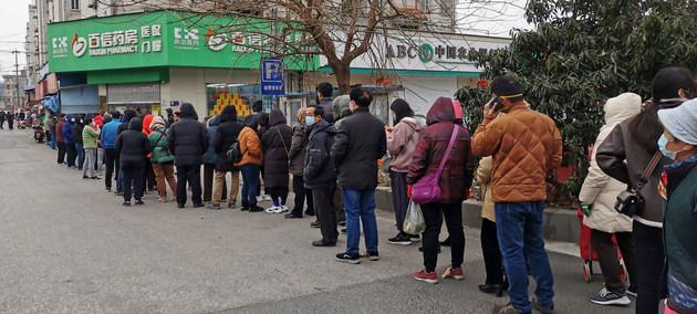 Evitar que mucha gente deba ir a la calle a buscar el sustento cada día, y así frenar al coronavirus, es el logro que busca el PNUD al proponer entregar a los pobres de 132 países un ingreso básico temporal. Foto: Li Zhang/ONU