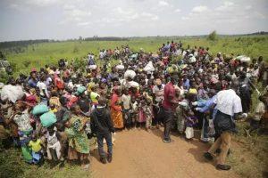 Refugiados de la República Democrática del Congo aguardan por un examen de salud previo a su ingreso a la vecina Uganda. Huyen de la violencia desatada por grupos armados que siembran el terror con asesinatos e incendios de aldeas enteras. Foto: Rocco Nuri/Acnur