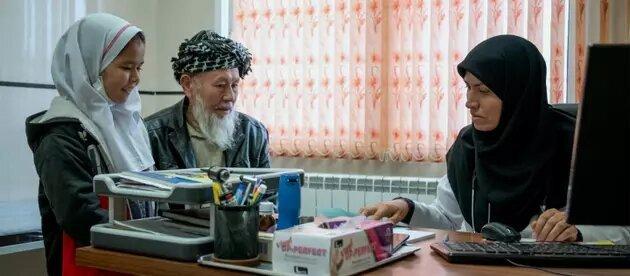 Fezzeh Hosseini, de una familia afgana que buscó refugio en Irán, dirige ahora en una provincia central un programa de divulgación y atención médica contra la pandemia. Acnur la presenta como muestra del papel positivo que pueden cumplir los refugiados en los países de acogida. Foto: Mohammad H. Dehghanian/Acnur