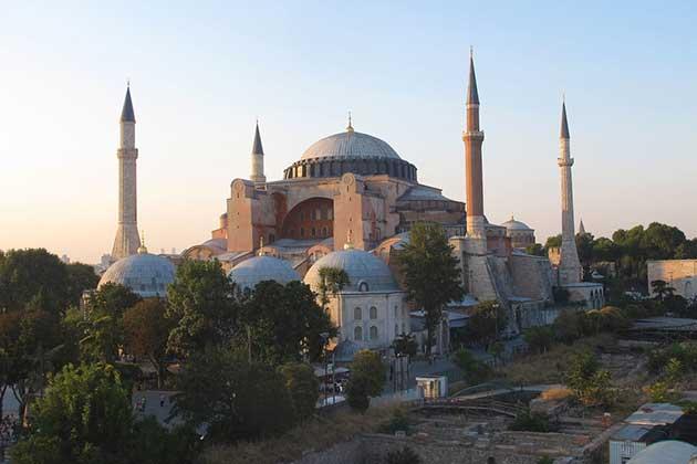 """Cuando el presidente turco, Recep Tayyip Erdoğan, decretó la conversión de la antigua Santa Sofía de Estambul en una mezquita, la Unesco dijo que """"lamenta profundamente la decisión"""" tomada """"sin una discusión previa"""". También pidió a Turquía que cumpla con sus """"compromisos y obligaciones legales"""" por la condición del monumental edificio de Patrimonio Mundial. Foto: Jing Zhang/ONU Noticias"""