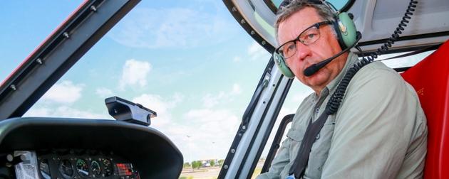 El británico Miles Woodgate es uno de los pilotos de helicóptero que fumiga, con bioplaguicidas, cultivos y pastizales en Somalia para contener la plaga que amenaza con agravar el hambre en el oriente de África. Foto: Haji Dirir/FAO