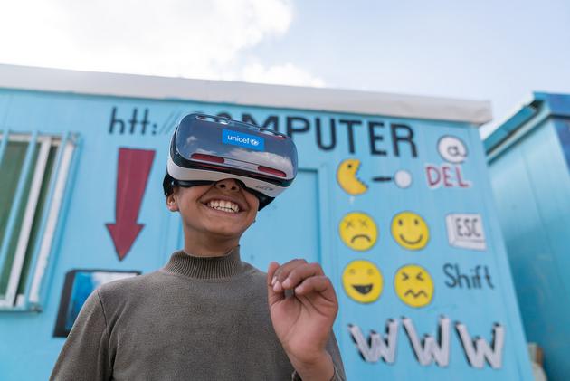 Un chico sirio refugiado en Jordania se entretiene con visores de realidad virtual. Las tecnologías de Inteligencia Artificial incluyen funciones de percepción, aprendizaje, predicción, planificación y control que se asemejan a un comportamiento inteligente y por ello requieren de un código ético. Foto: Christopher Herwig/Unicef