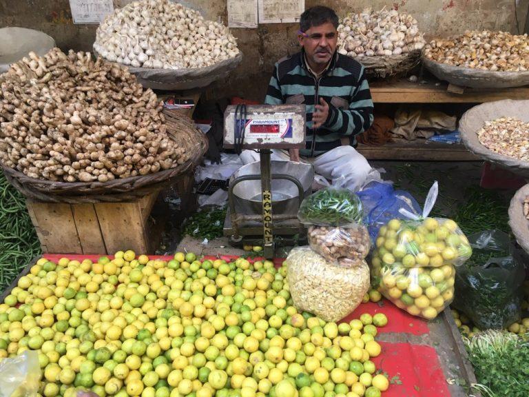 Debido a la pandemia de covid-19, los agricultores indios ya no pueden llevar sus productos fácilmente al mercado. Especialistas aseguran que la tecnología de la información brinda herramientas, que van desde el propio cultivo a la comercialización, que permite conectar a la oferta con la demanda y sortear los obstáculos para el suministro de alimentos. Foto: Neeta Lal / IPS