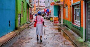 La vida cotidiana en América Latina y el Caribe soporta pobreza, desigualdad, hambre, hacinamiento, deficiencias en salud y otros servicios y, ahora, la amenaza del coronavirus que puede alcanzar hasta 142 millones de personas, según estudios de la Universidad de Oxford. Foto: PNUD