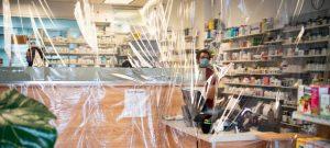 Una farmacia de Nueva York improvisa con plástico una barrera contra el coronavirus. El uso extensivo del plástico ya era un problema grave en el planeta antes de la actual pandemia y se incrementa con el mayor uso de ese producto en la protección sanitaria y de alimentos. Foto: Evan Schneider/ONU