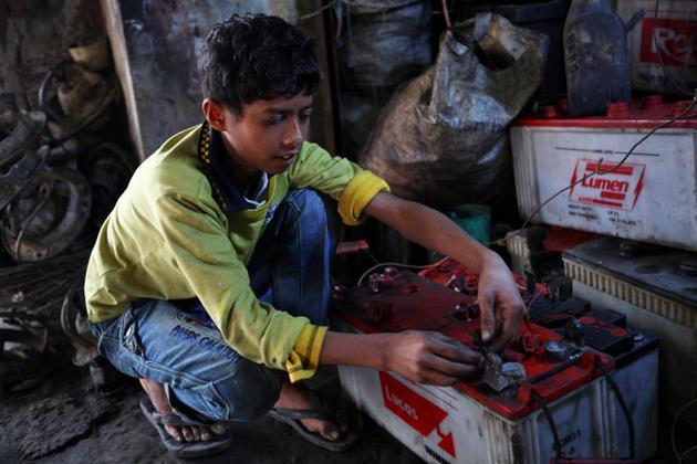 El reciclaje irregular de baterías con plomo es una de las causas de intoxicación de la sangre con ese mineral, y los niños son los mayores afectados, en su desarrollo intelectual, físico y aún emocional. Foto: Shafiqul Alam Kirun/Unicef