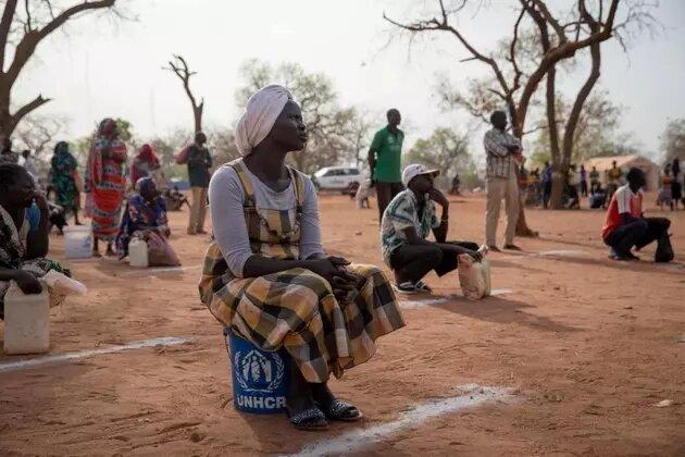 Refugiados sudaneses observan distanciamiento físico durante una distribución de comida y jabón en el campamento de Ajuong Thok en Sudán del Sur. La provisión de alimentos por agencias de la ONU es vital para millones de refugiados en África. Foto: Elizabeth Stuart/Acnur