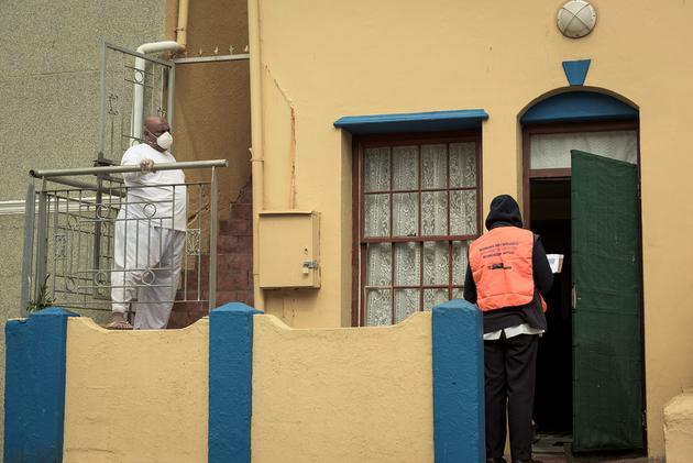 Un trabajador sanitario acude a realizar pruebas de coronavirus en un barrio de Ciudad del Cabo, en Sudáfrica, donde la pandemia se ha extendido velozmente. La protección del personal de salud se considera una prioridad dentro del financiamiento para atender la emergencia. Foto: Guy Oliver/IRIN