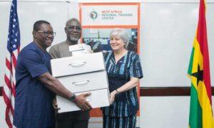 Captura de pantalla del sitio web de la Embajada de Estados Unidos en Ghana, que muestra a la embajadora Stephanie Sullivan (D), donando tecnología al director ejecutivo de la Oficina de Crimen Organizado y Económico, Frank Adu-Poku (C), y Jacob Puplampu (I), durante una sesión de capacitación sobre investigación en la web oscura, en Acra, en mayo de 2019. Foto: CPJ