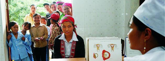 Una clínica de salud sexual y reproductiva atiende a mujeres y jovencitas en Vietnam. En todo el mundo la pandemia covid-19 incrementa el riesgo de embarazos no deseados, violencia doméstica y más casos de mutilación genital femenina. Foto: Doan BAu Chau/UNFPA