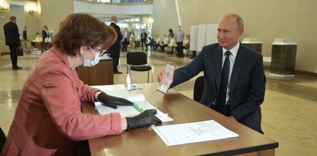 El presidente de Rusia, Vladimir Putin, vota las enmiendas a la Constitución en un colegio electoral situado en la Academia de Ciencias de Rusia. Foto: Kremlin