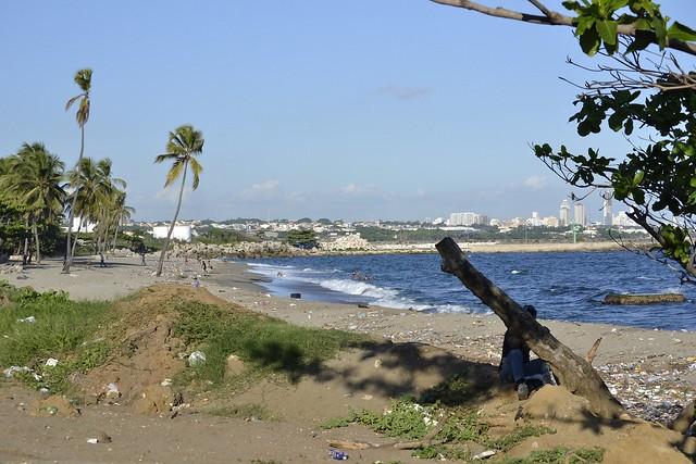 Vista de la playa Gringo y al fondo la ciudad de Bajos de Haina, el principal centro industrial y portuario de República Dominicana, cuyas costas enfrentan fenómenos climáticos cada vez más severos y frecuentes. Foto: Dionny Matos/IPS