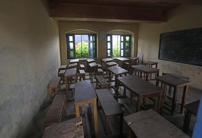 Un aula vacía en un centro escolar del norte de India. Según las Naciones Unidas, unos 23,8 millones de estudiantes (desde preescolar hasta la universidad) pueden abandonar o no tener acceso a la escuela el próximo año, debido tan solo al impacto económico de la covid-19. Foto: Umer Asif / IPS