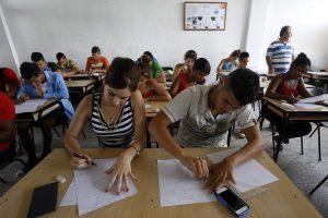 Un grupo de estudiantes durante un examen en La Universidad Ignacio Agramonte, en la oriental provincia de Camagüey, en Cuba, en una imagen previa a la pandemia de covid. El alumnado femenino es mayoritario en la educación superior, pero a la hora de los trabajos, los mejor remunerados son para ellos, como parte de la segregación ocupacional. Foto: Jorge Luis Baños/IPS